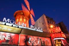 Vermelho de Moulin em Paris France - borrão de movimento fotos de stock