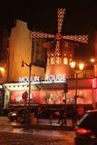 Vermelho de Moulin na noite Fotografia de Stock