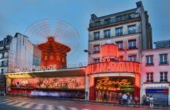 Vermelho de Moulin no crepúsculo Imagens de Stock Royalty Free