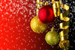 Vermelho de suspensão e ouro das bolas do Natal Fotos de Stock