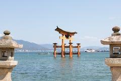 ` Vermelho de Torii do gigante do ` da porta do santuário de Itsukushima Fotos de Stock