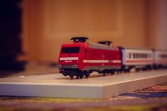 Vermelho do brinquedo das crianças do trem, carros no assoalho fotos de stock royalty free