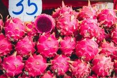 Vermelho do fruto do dragão no pai Tailândia do mercado de rua do fruto imagens de stock royalty free