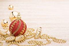 Vermelho e bola do Natal do ouro no fundo iluminado foto de stock royalty free