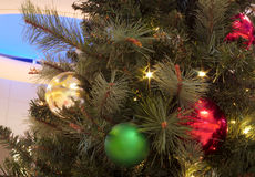 Vermelho e bolas do ouro no fundo do azul da árvore de Natal imagens de stock