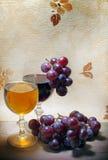 Vermelho e branco de vinho com uvas Imagens de Stock