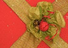 Vermelho e caixa da fita da decoração do presente do ouro Foto de Stock