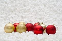 Vermelho e ornamento das bolas do Natal do ouro no fundo branco Fotos de Stock Royalty Free