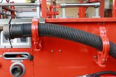Vermelho e prata dos torneiras da mangueira do carro de bombeiros do bombeiro em seguido imagens de stock royalty free