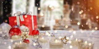 Vermelho e presentes e quinquilharias do White Christmas na rendição da neve 3D Fotos de Stock