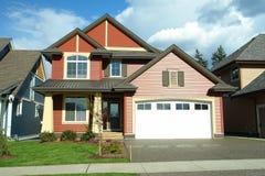 Vermelho exterior da casa nova Fotos de Stock Royalty Free