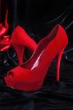 Vermelho fêmea sapatas alto-colocadas saltos. Fotos de Stock Royalty Free