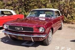 Vermelho Ford Mustang 1966 Fotos de Stock