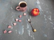Vermelho, maçã, copo, café, rosa, protuberância, açúcar, chá, colher, fundo cinzento imagem de stock