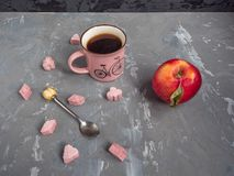 Vermelho, maçã, copo, café, rosa, protuberância, açúcar, chá, colher, fundo cinzento fotografia de stock royalty free