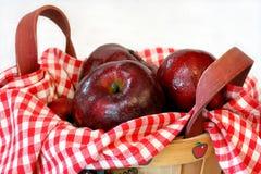 Vermelho - maçãs deliciosas na cesta Imagem de Stock