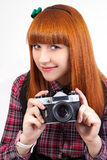 Vermelho novo bonito - fêmea do cabelo com câmera velha Fotografia de Stock Royalty Free