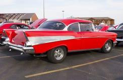 Vermelho opinião traseira & lateral de Chevy 1957 Fotografia de Stock