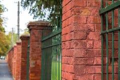 Vermelho, pilões da porta do tijolo no fim da fileira acima do tiro fotos de stock royalty free