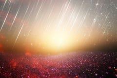 Vermelho, preto e fundo das luzes do brilho do ouro defocused fotografia de stock