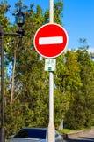 Vermelho que redondo nenhum sinal de estrada da entrada montou no polo do metal Fotografia de Stock Royalty Free