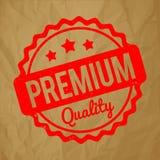 Vermelho superior do carimbo de borracha da qualidade em um fundo marrom de papel amarrotado Imagem de Stock Royalty Free