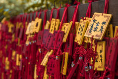 Vermelho tradicional que deseja envelopes com desejo escrito à mão Placa vermelha do cartão que pendura em desejar a árvore Foto de Stock Royalty Free