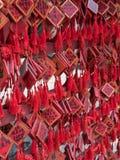 Vermelho tradicional que deseja envelopes com desejo escrito à mão Placa vermelha do cartão que pendura em desejar a árvore Imagens de Stock