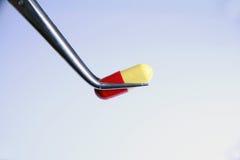 Vermelho uma cápsula amarela fotografia de stock royalty free