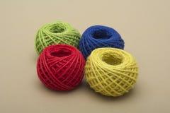 Vermelho, verde, amarelo, o azul rosqueia no fundo escuro Imagem de Stock Royalty Free
