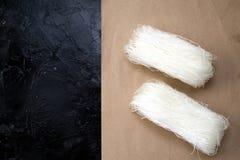 Vermicelli crudi asiatici Parecchi pacchi o rotoli delle tagliatelle secche dei fagioli verdi dell'amido, delle patate, del riso, fotografie stock