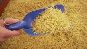 Vermicelli, deegwaren in dozen op de teller in de supermarkt Vrouw het kopen graangewassen in de opslag stock videobeelden