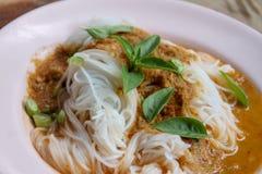 Vermicellis de riz de vapeur avec le cari rouge et vetgetable thaïlandais image libre de droits