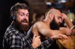 Vermijd mededeling Vluchtwerkelijkheid Vrijdagontspanning in bar Besteedt de Hipster gebaarde mens vrije tijd bij barteller orde stock foto