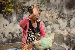 Vermijd schietend vrouw bij de markt, Toyopakeh, Nusa Penida 24 Juni 2015 Indondonesia royalty-vrije stock fotografie