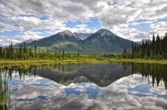 Vermillion αντανάκλαση λιμνών - Banff, Αλμπέρτα Στοκ εικόνα με δικαίωμα ελεύθερης χρήσης