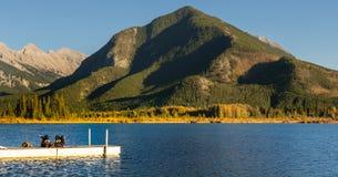 Vermillion γυναίκες βουνών θείου φθινοπώρου λιμνών που βάζουν στην αποβάθρα Στοκ Εικόνες