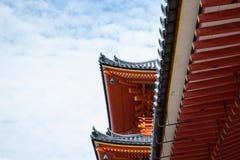 Vermillion Dach der japanischen Pagode gegen blauen Himmel stockfotografie