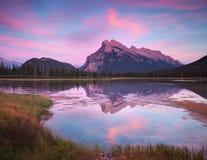Vermillion jezioro zmierzch w Banff Kanada Obraz Royalty Free