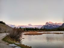Vermillion sjöar i den Banff nationalparken på solnedgången, Alberta, Kanada Royaltyfri Bild
