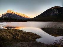 Vermillion sjöar i den Banff nationalparken på solnedgången, Alberta, Kanada Arkivbilder