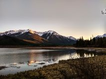 Vermillion sjöar i den Banff nationalparken på solnedgången, Alberta, Kanada Royaltyfri Fotografi