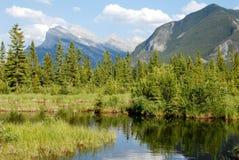 Vermillion sjöar i vår, kanadensiska steniga berg, Kanada Royaltyfri Fotografi