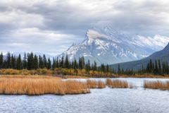Vermillion sjöar och montering Rundle nära Banff, Alberta Arkivfoto