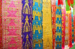 Verminder Perspectief van de Kleurrijke Vlag of Toong van de Noordelijke regio van Thailand Traditionele Lange in Boeddhistische  stock foto's