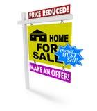 Verminderde prijs - Huis voor het Teken van de Verkoop Stock Foto's