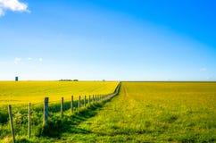 Vermindernde Perspektive eines Landschaftszauns Stockfotos