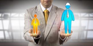 Vermittler Balancing Huge Blue und Büro lizenzfreie stockfotos