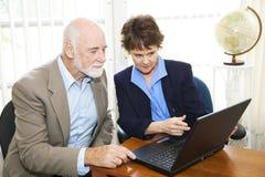 Vermittler-und Klienten-Ansicht-Anlagegüter online Stockfoto