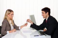 Vermittler und Pächter bilden Mietvertrag. Stockfotografie